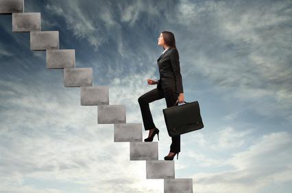 Frau steigt die Karriereleiter auf