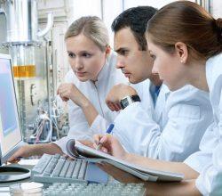 Junge Menschen in einem Labor