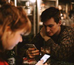 Warum Handys Beziehungskiller sind